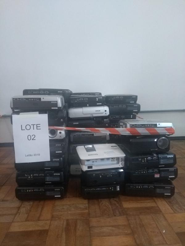 LOTE 02: Sucata de 92 projetores multimídia de Marcas Diversas.
