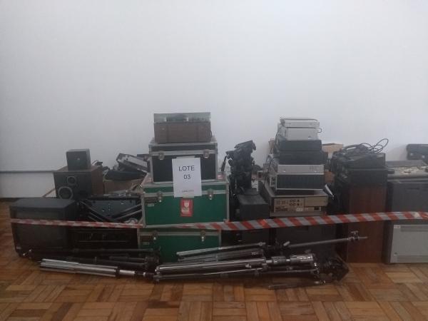 LOTE 03: Equipamentos utilizados em vídeo transmissão TV. Contém câmeras, microfones, tripés, monito