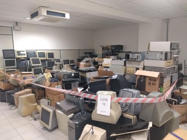 LOTE 12: Sucata de equipamentos de informática diversos.