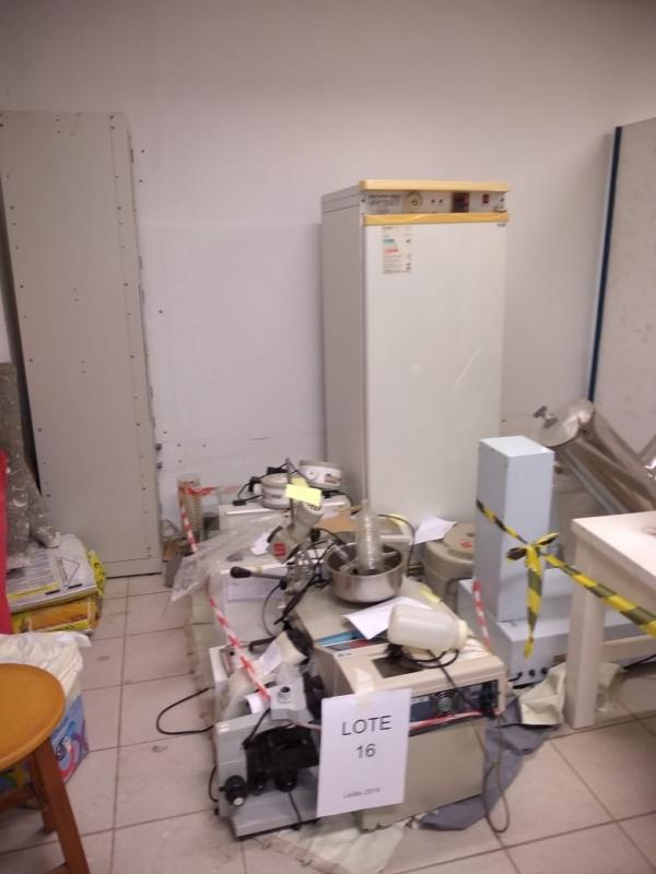 LOTE 16: Equipamentos do Laboratório de Farmácia, contendo microscópios, estufa, destiladores, banho