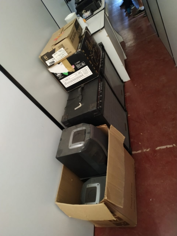 LOTE 06: LOTE DE ELETROELETRÔNICOS, contendo TVs, rádios, caixas de som, telefones, fitas cassetes,