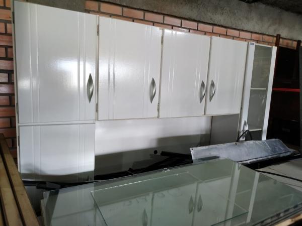 LOTE 11: MOBILIÁRIOS EM GERAL, contendo armários, arquivos e estantes de aço, mesa de refeitório, ba