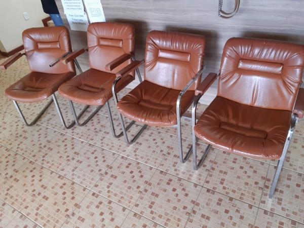 LOTE 05: LOTE DE MÓVEIS, contendo cadeiras e cadeiras de roda.