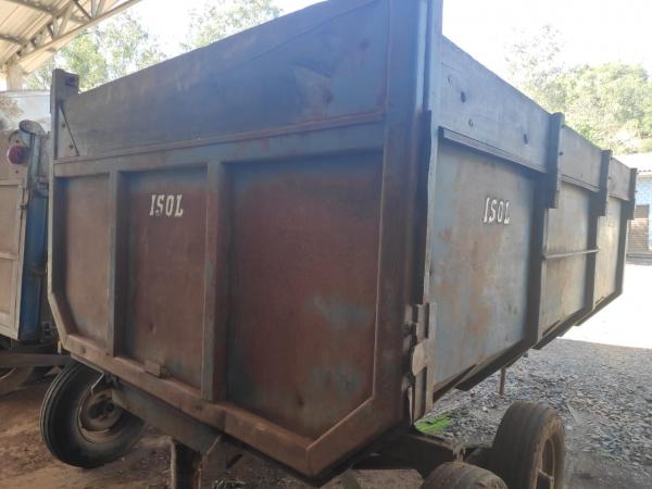 LOTE 03: CARRETA METÁLICA COM PISTÃO HIDRÁULICO, com capacidade de aproximadamente 5 toneladas