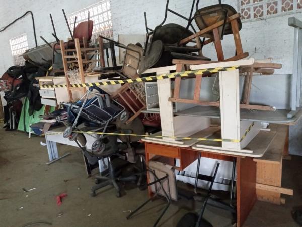 LOTE 06: LOTE DE MÓVEIS, contendo mesas, berços, balcões, cadeiras, longarinas, carrinhos de bebê, e