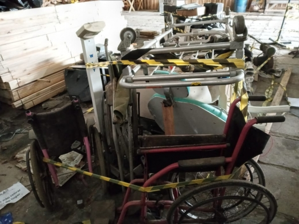 LOTE 08: LOTE DE EQUIPAMENTOS DO DEPARTAMENTO DE SAÚDE, contendo cadeira de dentista, maca, cadeiras