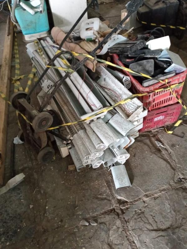 LOTE 11: LOTE DE DIVERSOS, contendo cortador de grama, luminárias, sucatas de materiais eletrônicos