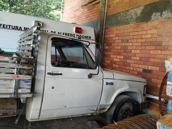 LOTE 06: CAMINHÃO CHEVROLET D40 CUSTON, com carroceria de madeira, ano 1988 e modelo 1989, placas MB